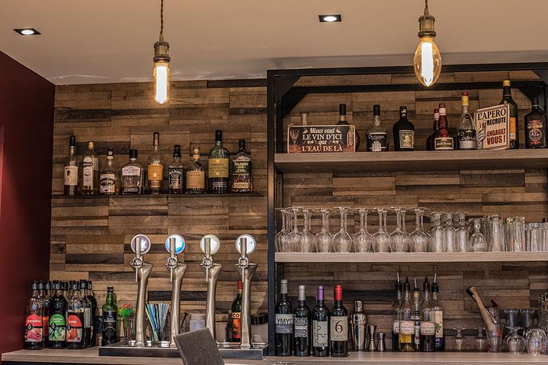 Comptoir bar à vins au Restaurant-Pizzeria-Bar à vins Le Patio à Landivisiau