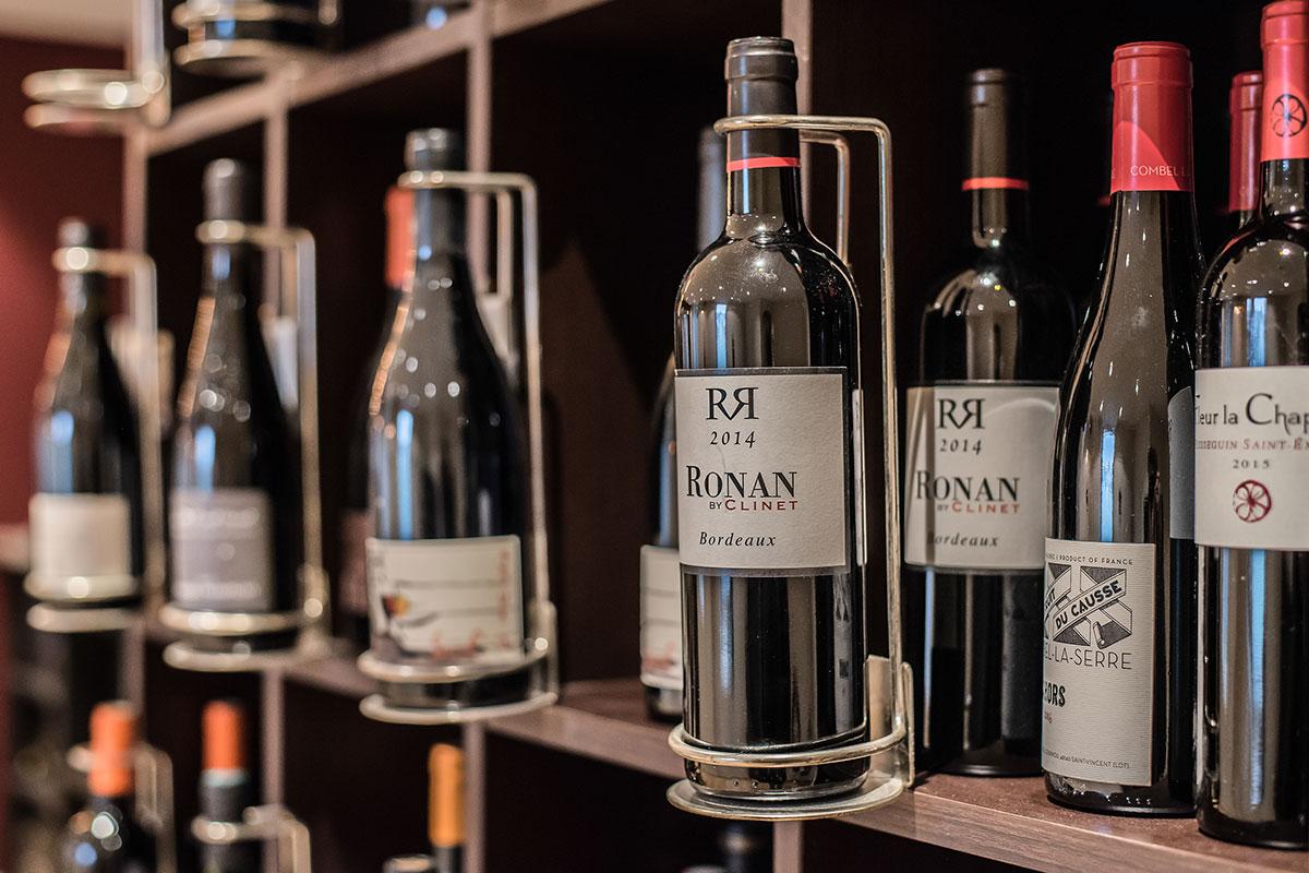 Exposition des vins proposés au Restaurant-Pizzeria-Bar à vins Le Patio à Landivisiau